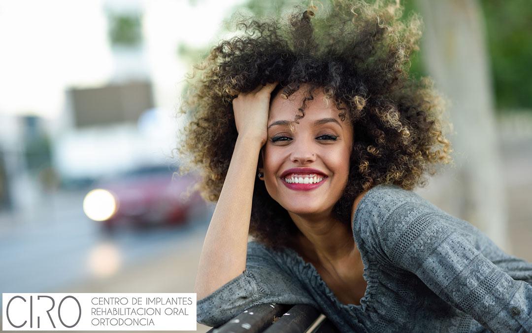 ¿Enseña mucho las encías al sonreír?